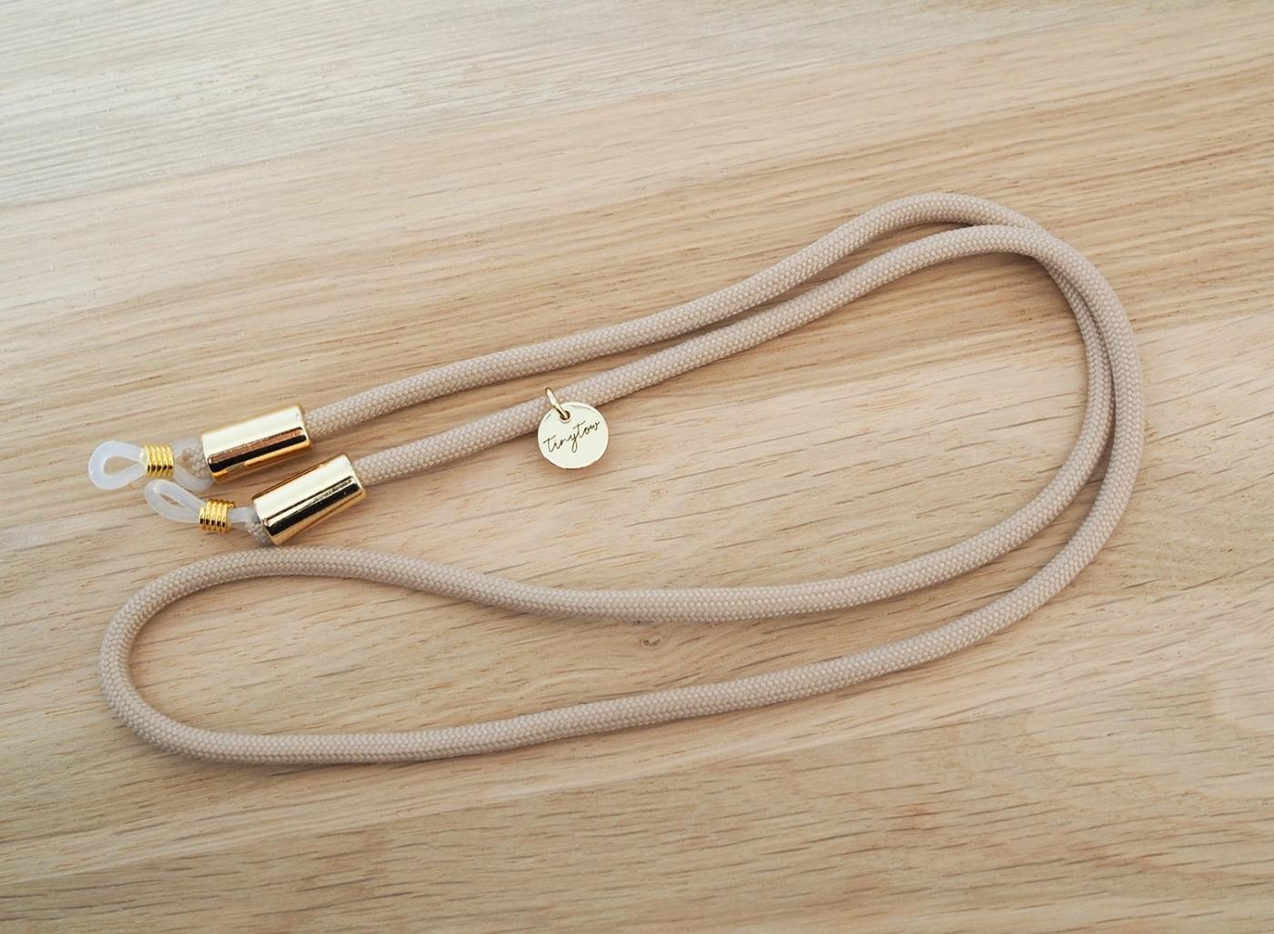 Beigefarbenes Brillenband mit Silikonösen und goldenen Details