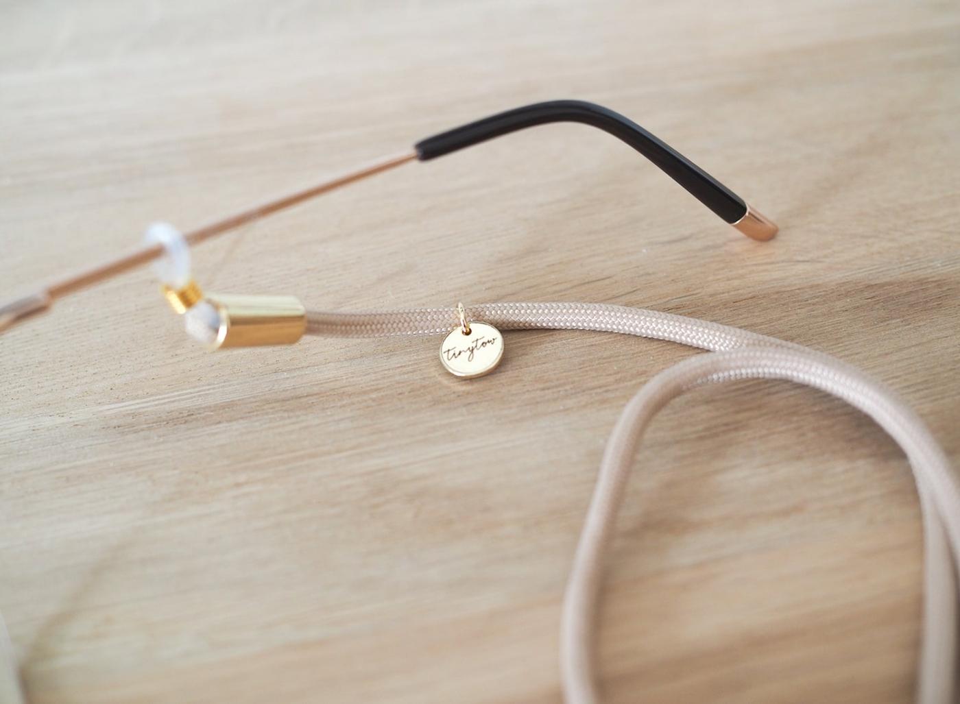 Brillenband aus beigefarbenem Tau und goldenen Details