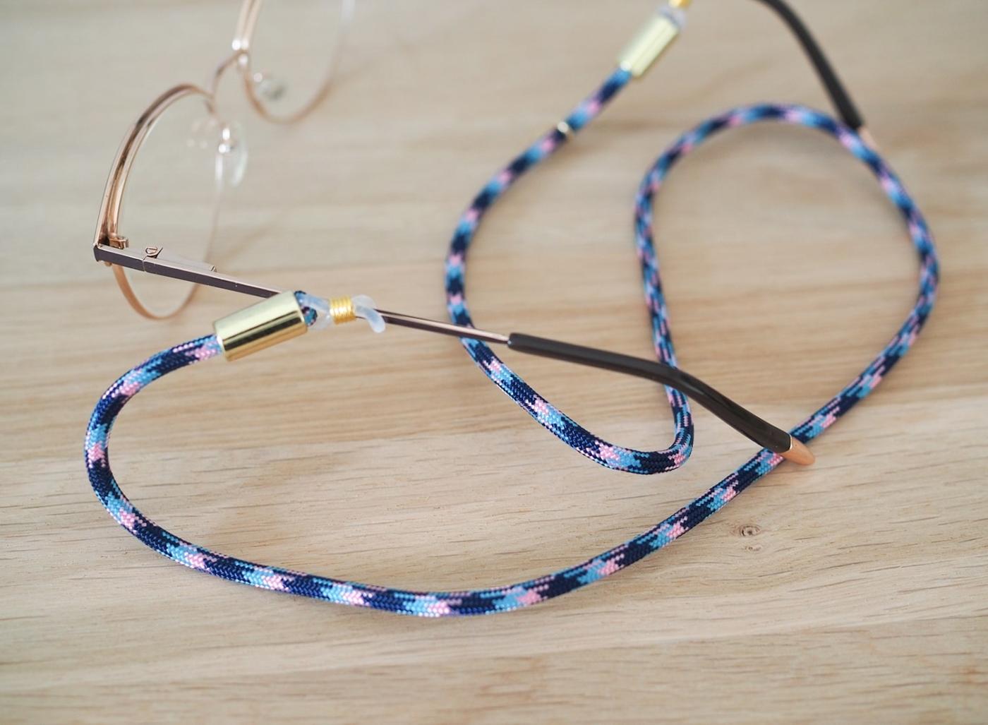 Brillenband gemustert in blau rosa mit goldenen liebevollen Details
