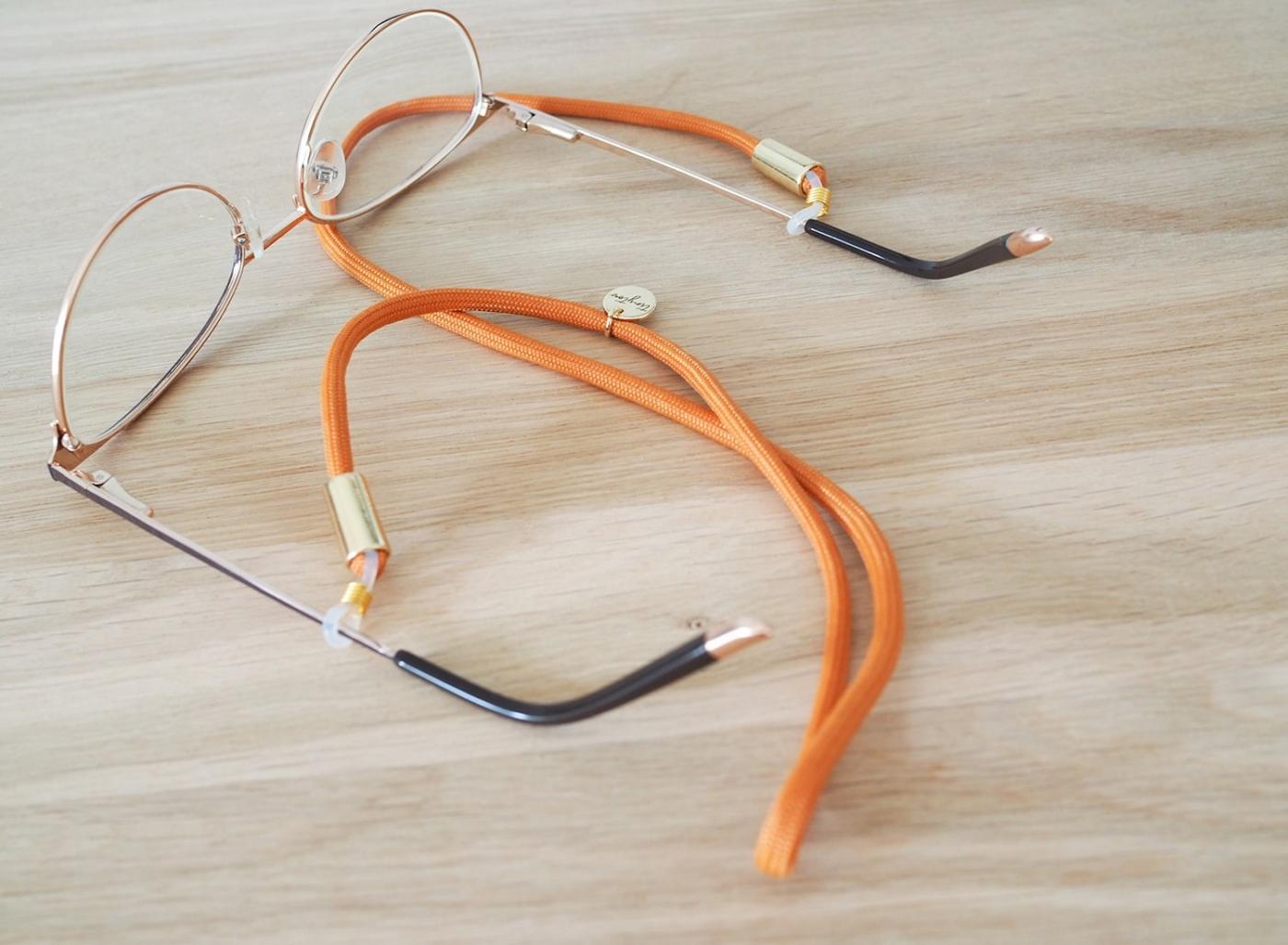 Dezentes Brillenband an schicker Brille