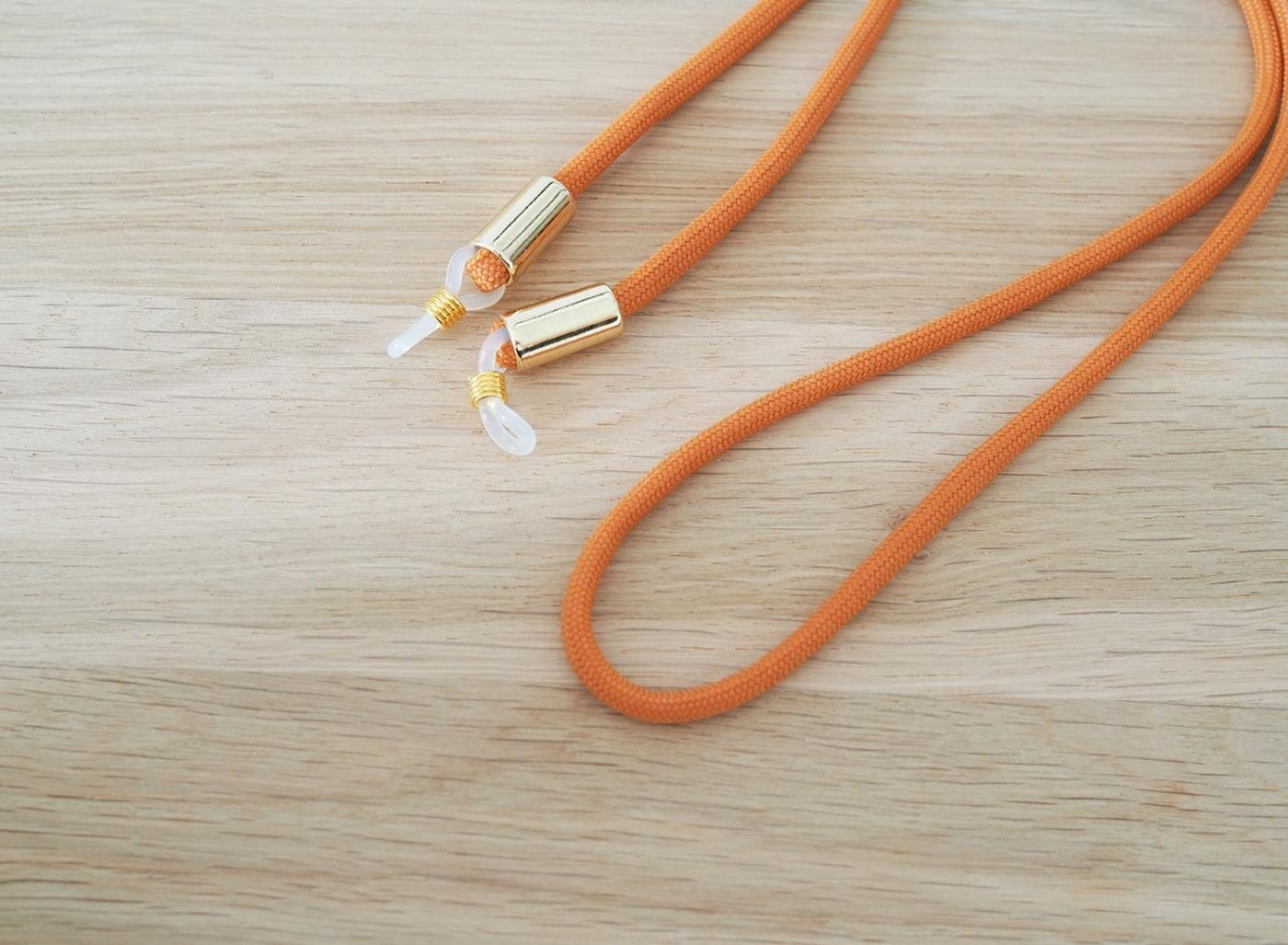 Brillenband mit goldenen Silikonschlaufen individuell verstellbar für jede Brillenmodell