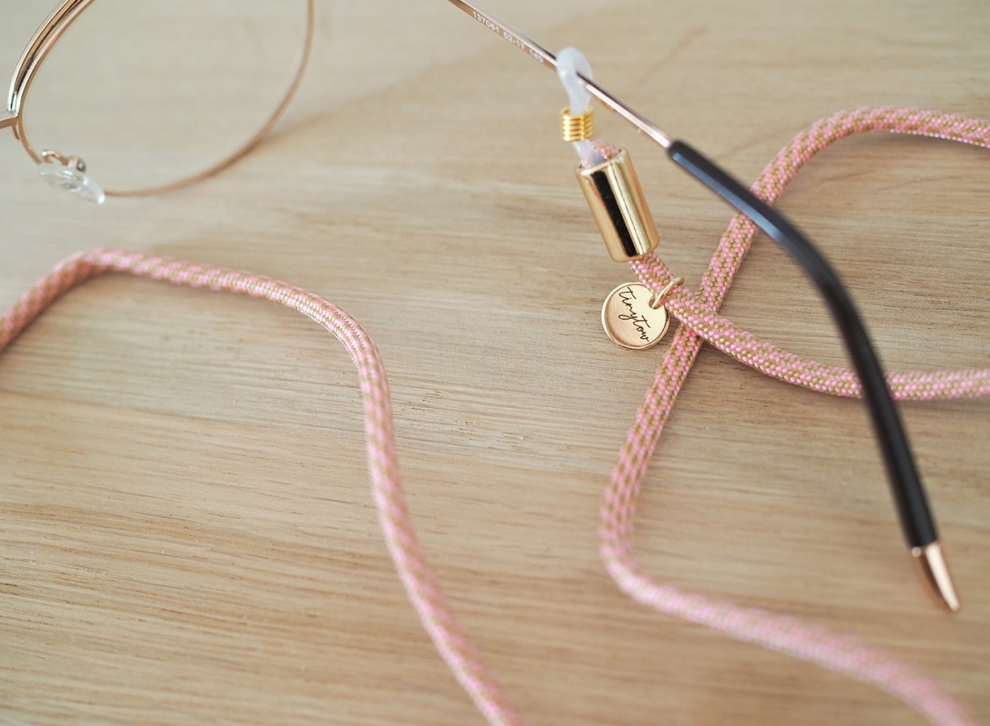 Unser Brillenband aus Stoff in zartem rosa setzt nicht nur deine Brille gekonnt in Stene
