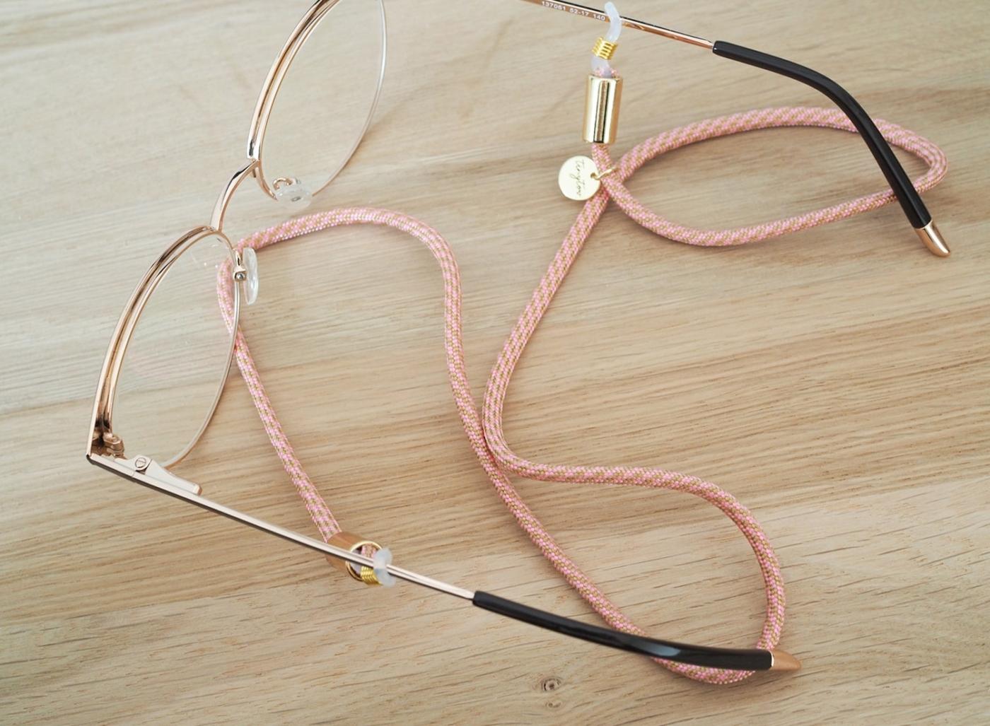 Unser Brillenband Betty aus dünnem Tau passt dank der Silikonschlaufen an jedes Brillengestell