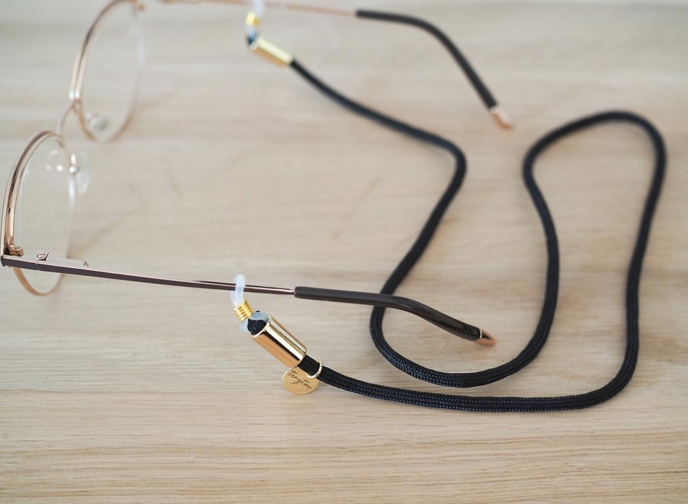 Brillenband Betty in schwarz mit verstellbaren Silikonschlaufen und goldenen Details