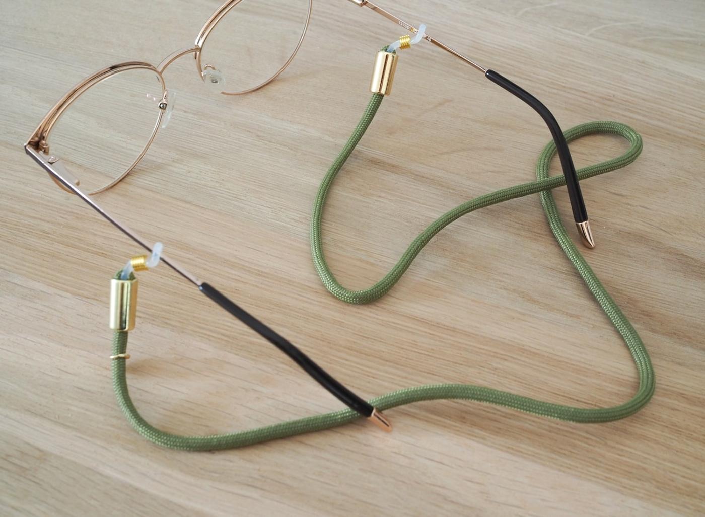 Unser grünes Brillenband Betty schützt deine Brille auf Schritt und Tritt
