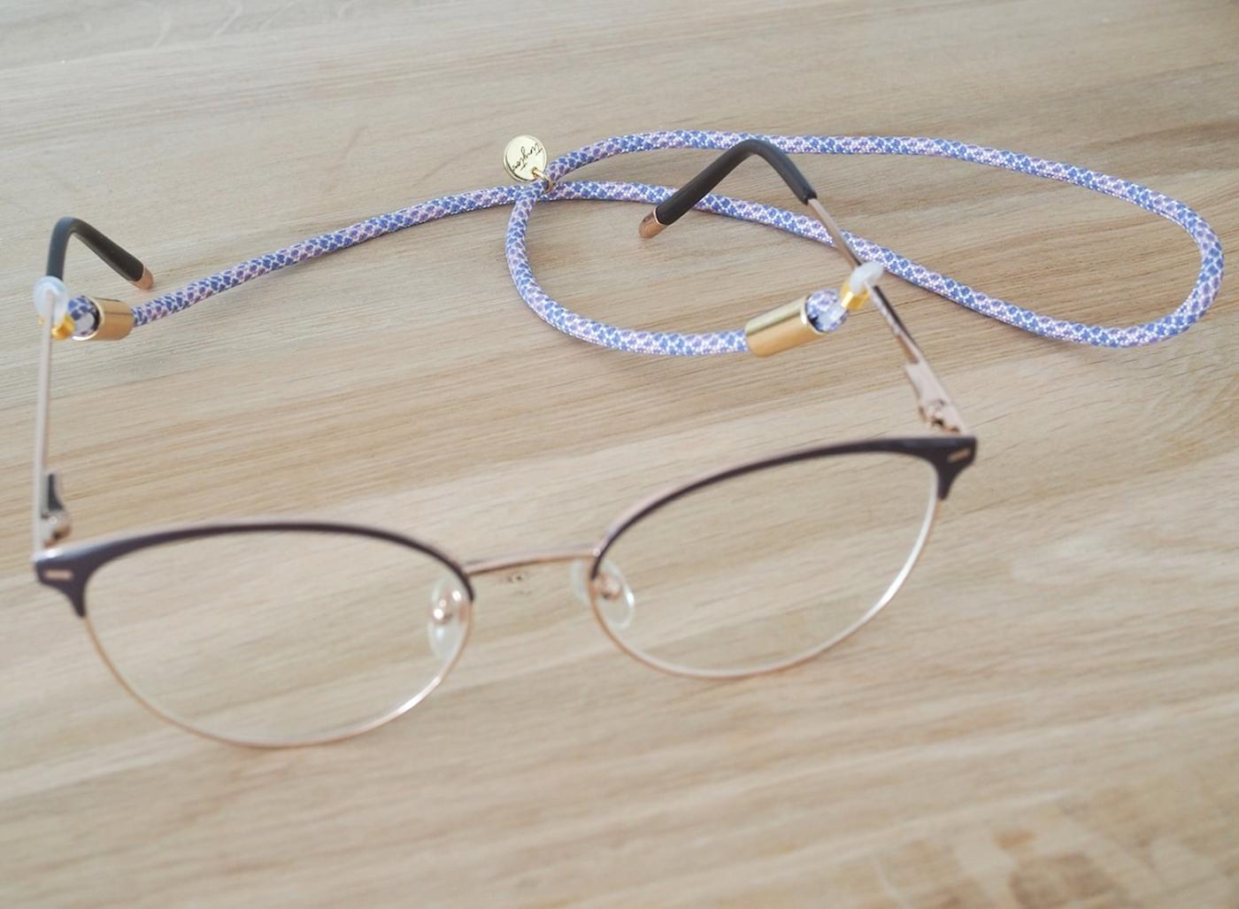 Sportliches Brillenband mit Muster und goldenen Details