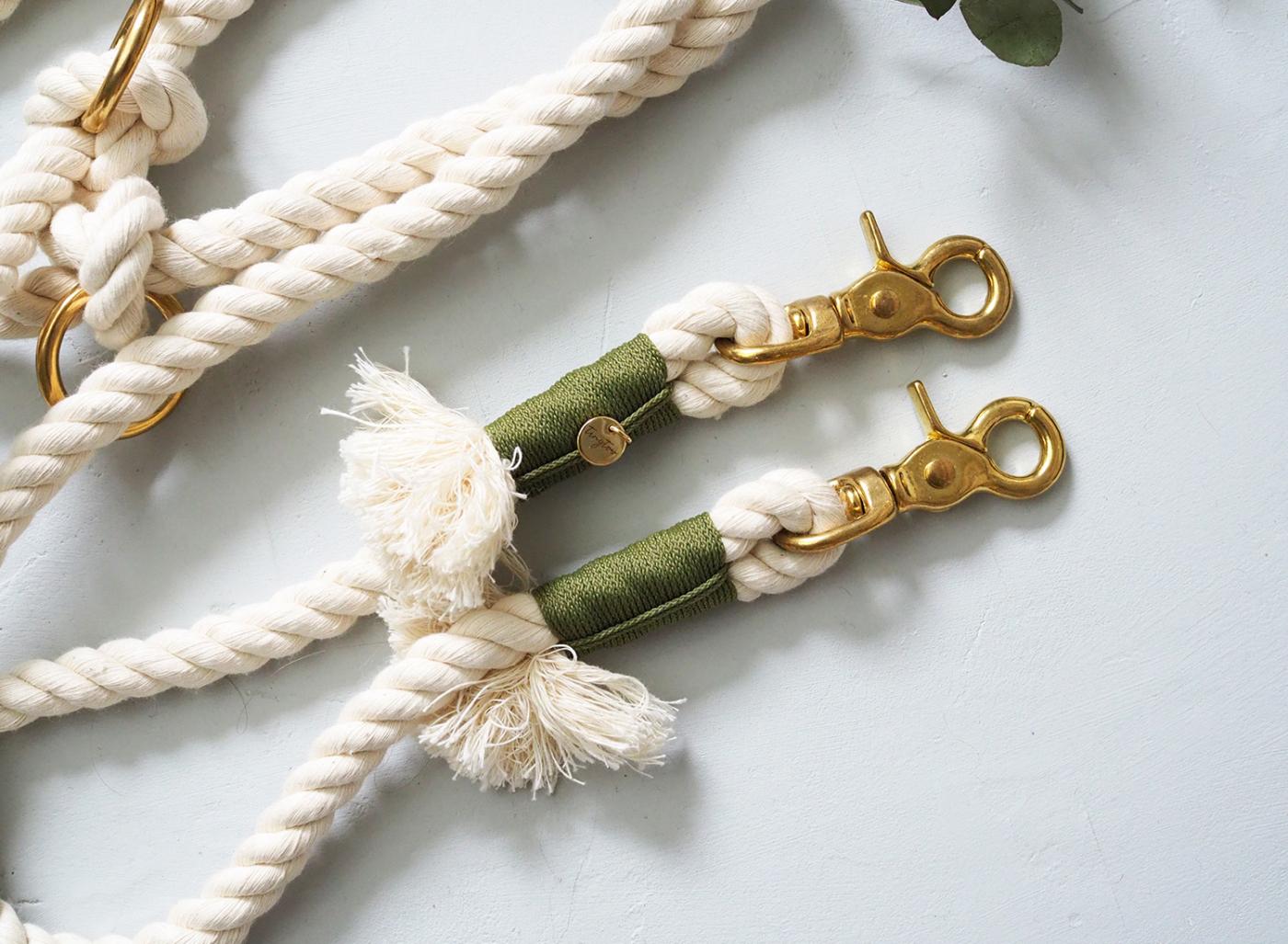Hundeleine aus gedrehtem Baumwolltau in creme mit olivgrüner Takelung aus 10mm Tauseil.