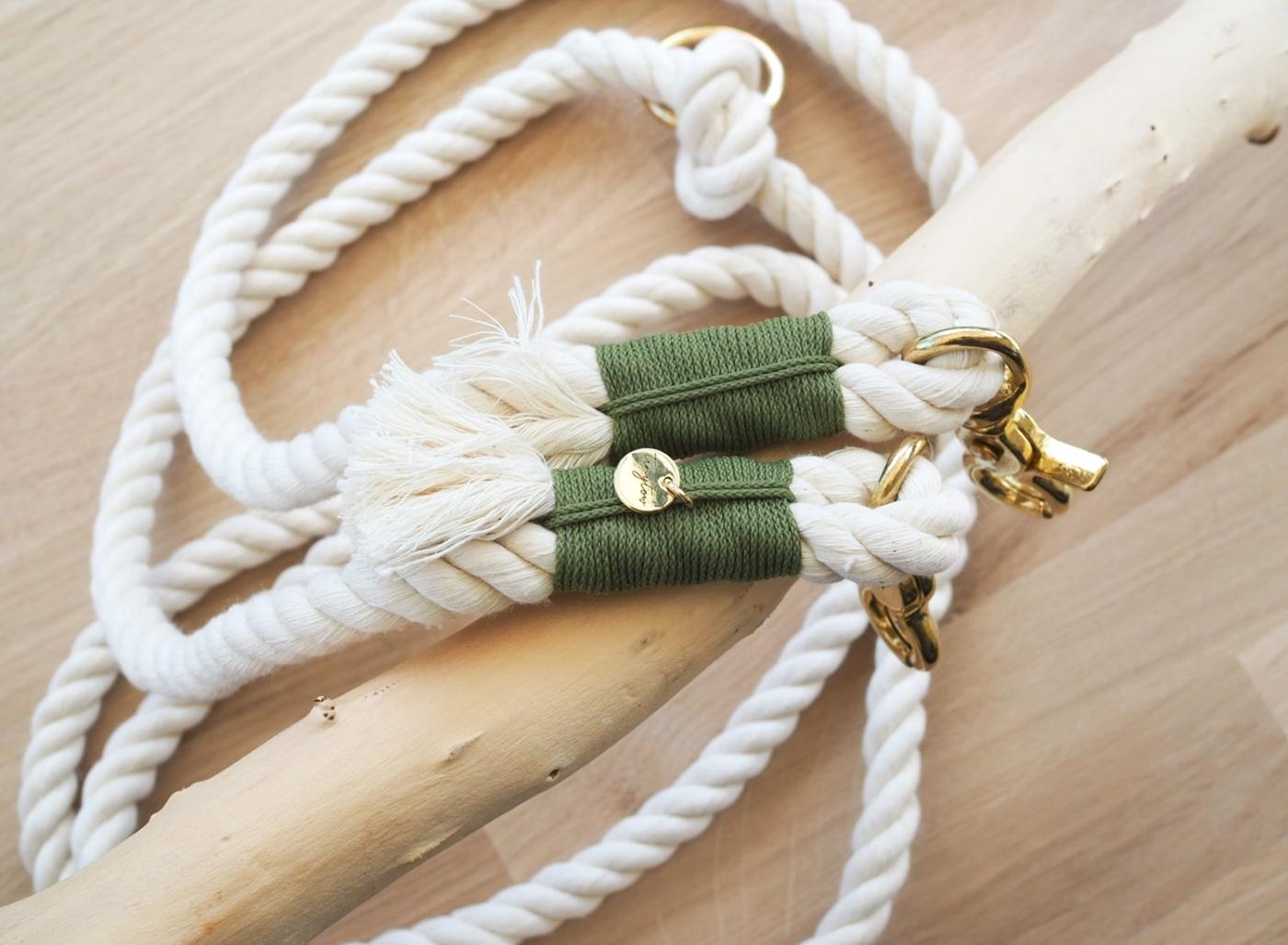 Hundeleine aus Tau aus gedrehtem cremefarbenen Tau, olivgrüner Umwickelung und goldenen Details