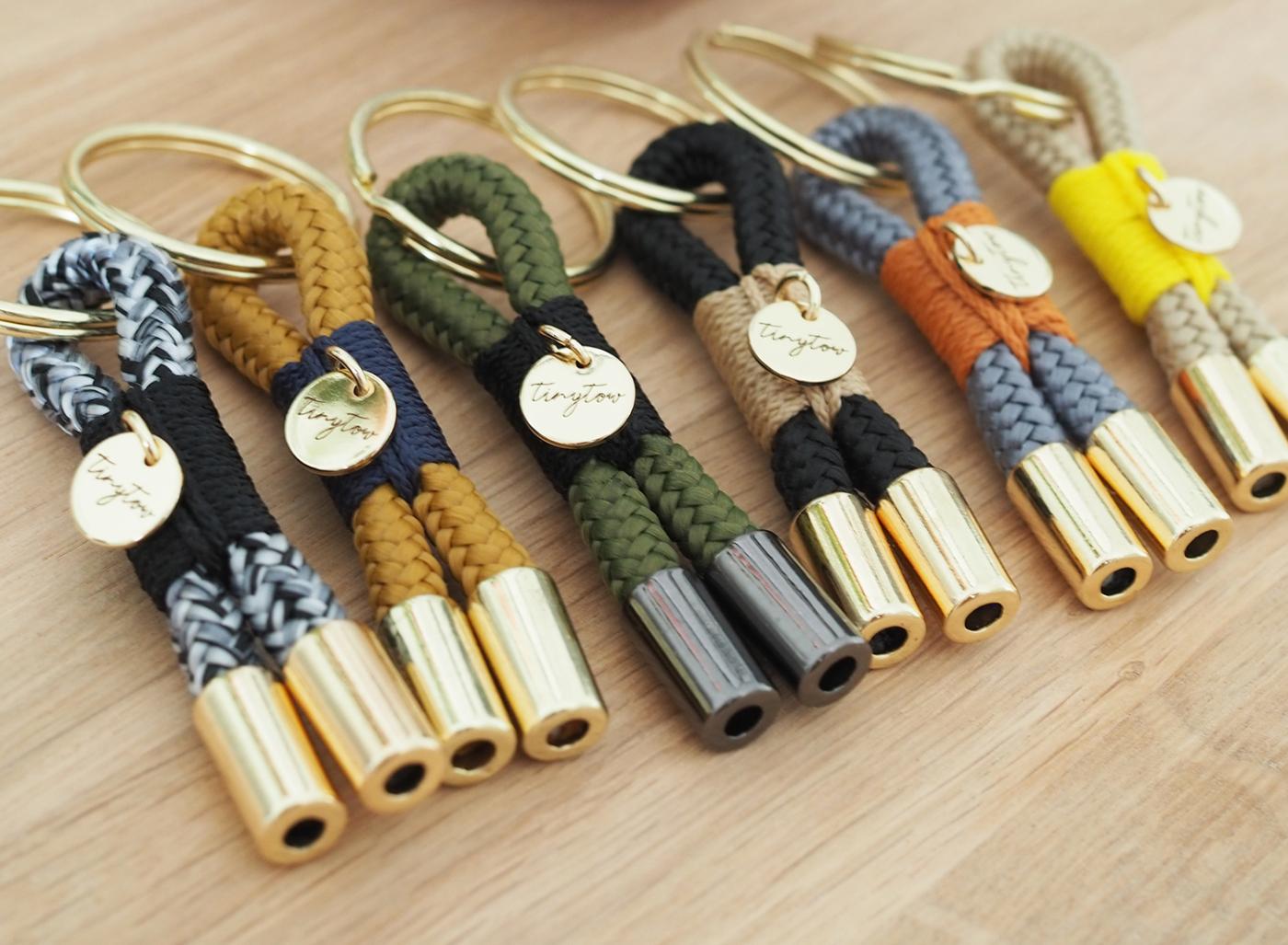 Schlüsselanhänger aus Tau in farbenfrohen Kombinationen mit goldenen Details