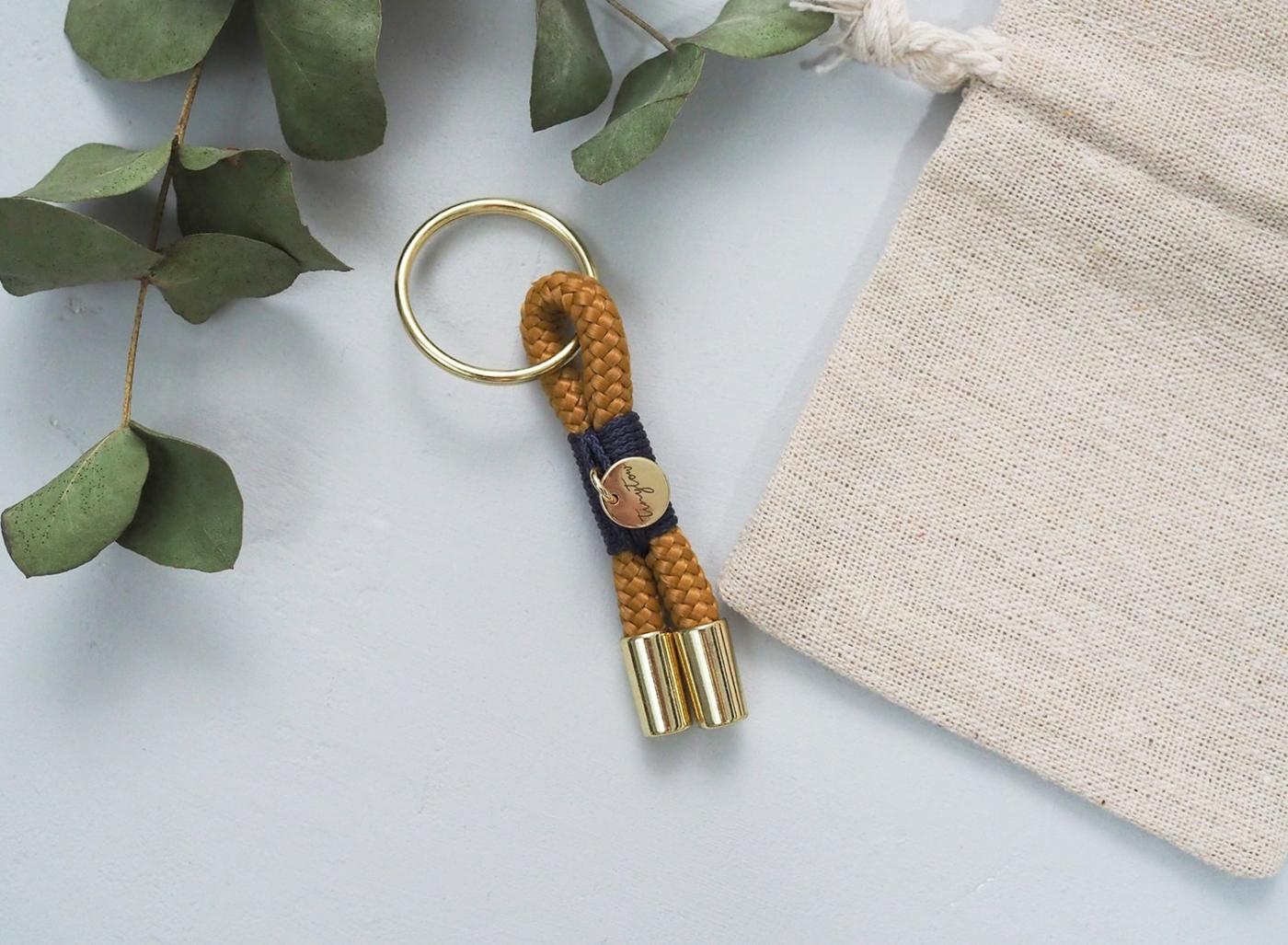 Kleiner Tau-Anhänger für deinen Schlüsselbund und camel und blau.