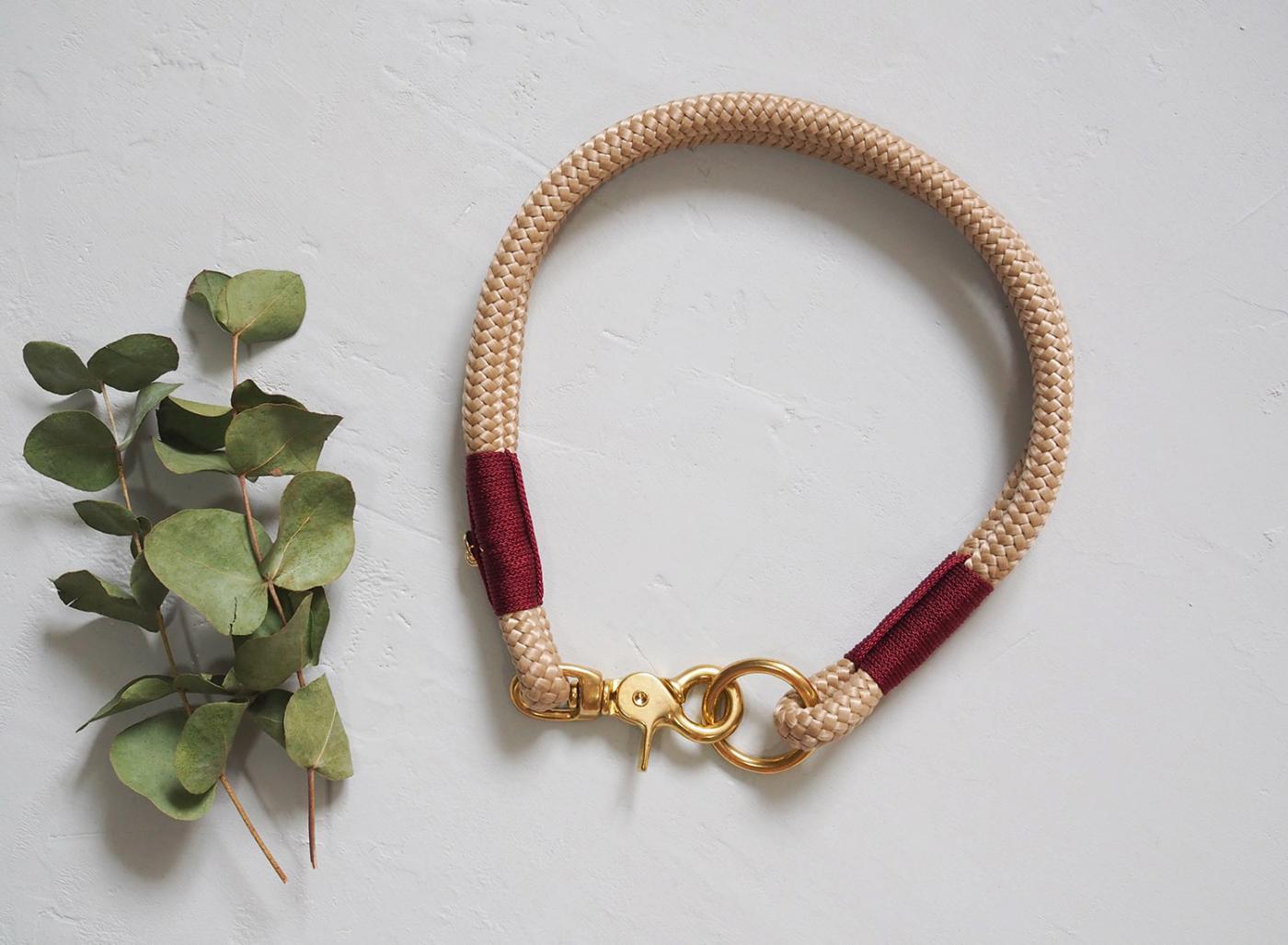 Halsband aus Tau in beige mit weinroter Takelung.