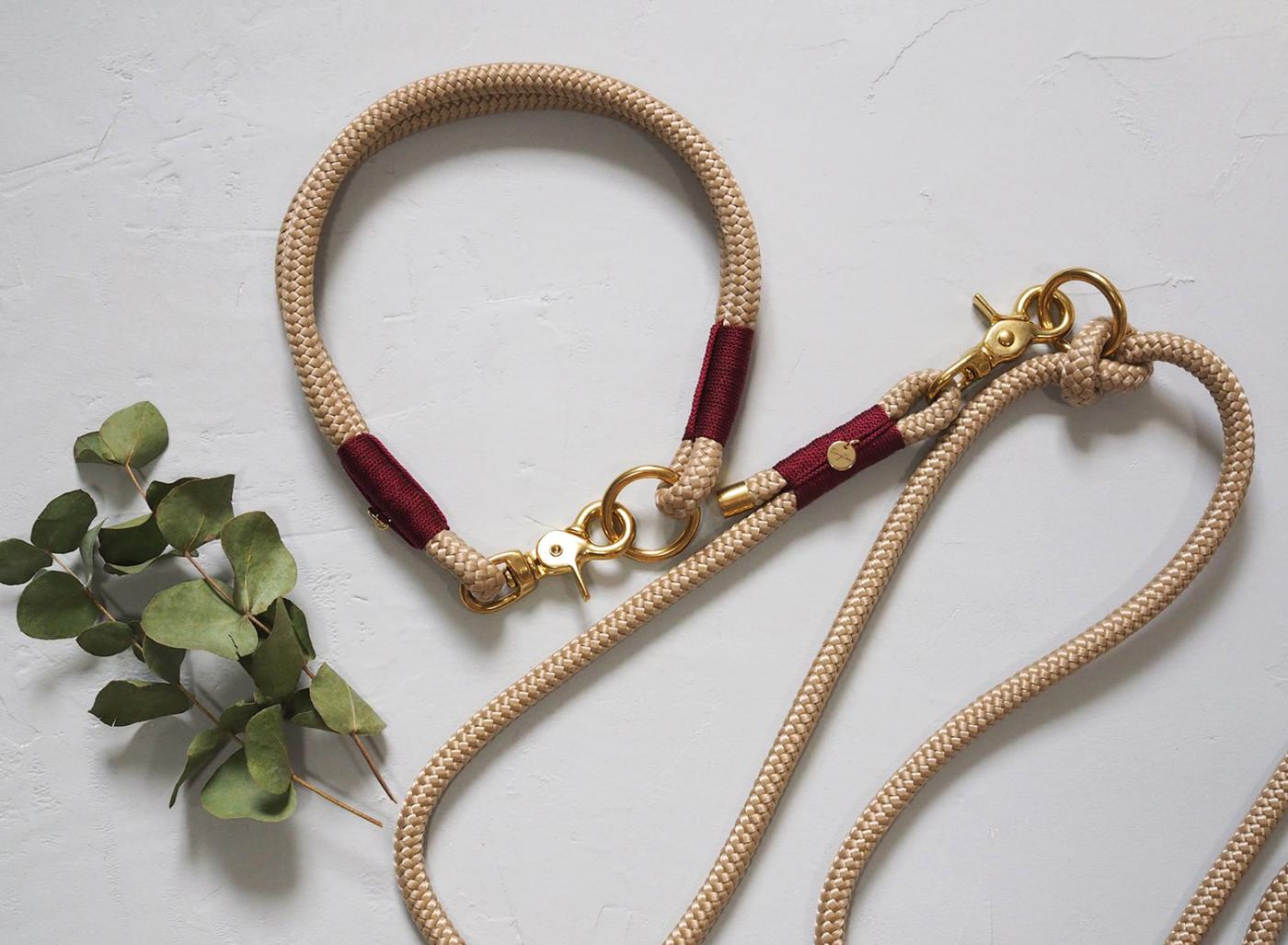 Das ideale Set für alle Tauliebhaber. Halsband und Hundeleine aus 10mm Tauwerk in beige mit weinroter Umwickelung.
