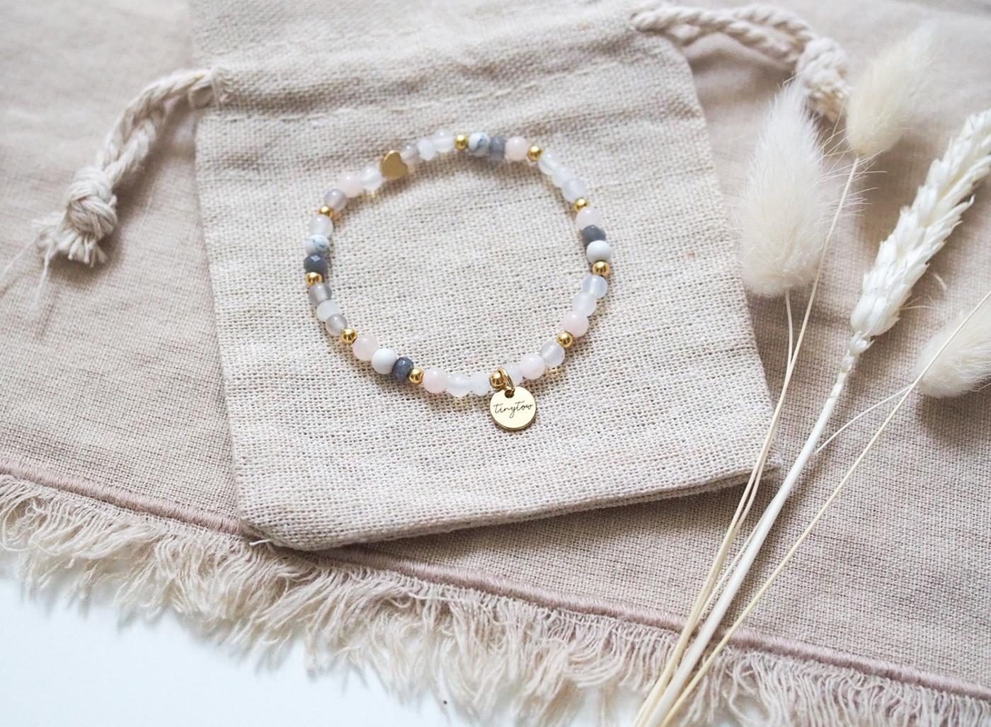 Perlenarmband aus Edelsteinen und Natursteinen mit goldenem Herz und Perlen aus Jade, Mondstein und 14 Karat Gold.