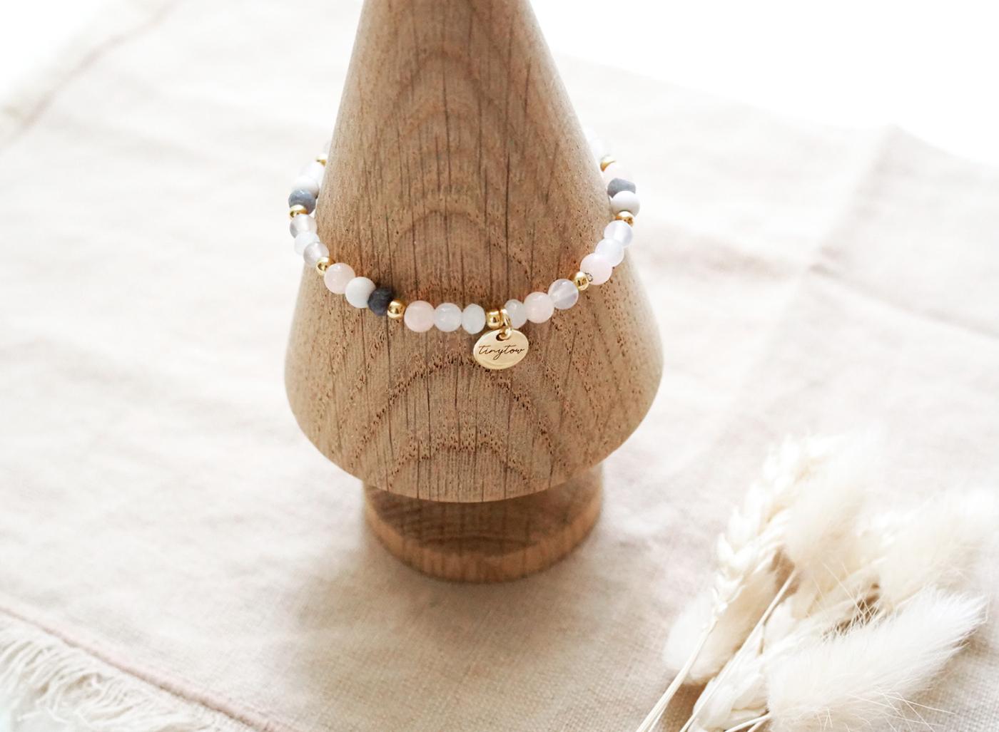 Armband mit Edelsteinen (Jade, Mondstein) und goldenen Perlen mit 14 Karat Goldbeschichtung und kleinem goldenen Herz.
