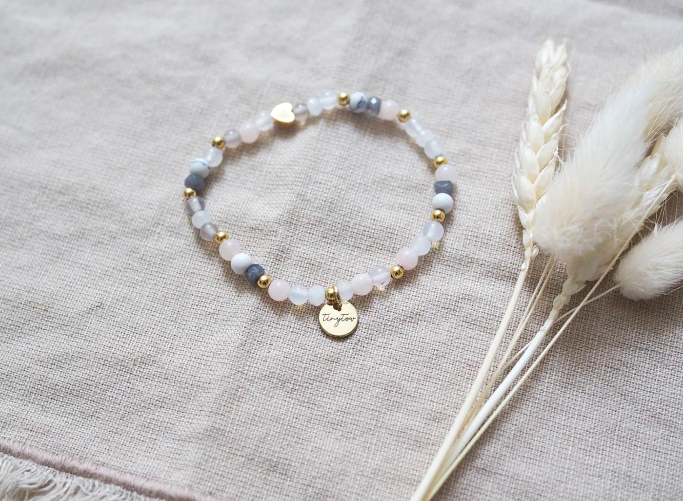 Armband aus Natursteinen und Edelsteine mit goldenem Herz.