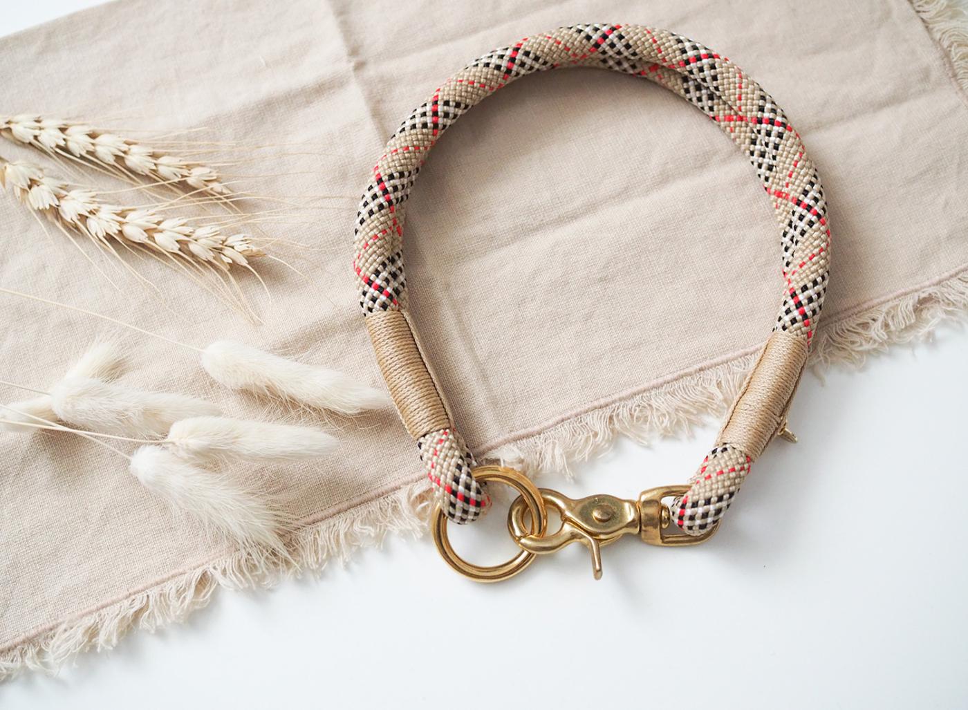 Halsband aus Tau in kariertem Schottenkaro-Look mit beigen Details und goldenen Karabinern.