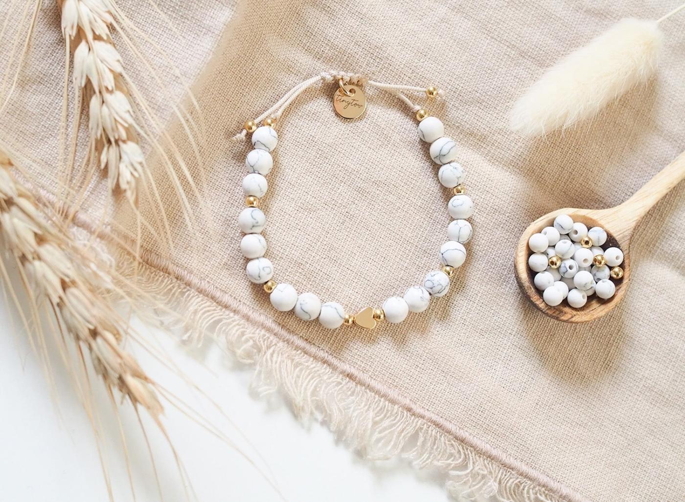 Handgemachtes Armband aus marmorierten, matten Natursteinperlen und goldenen Perlen mit 14K Gold.