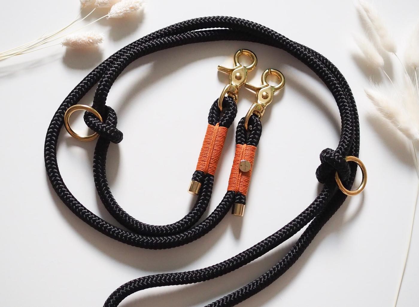 Hundeleine aus Tau in schwarz mit camelfarbenen Details und goldenen Messing-Karabinern.