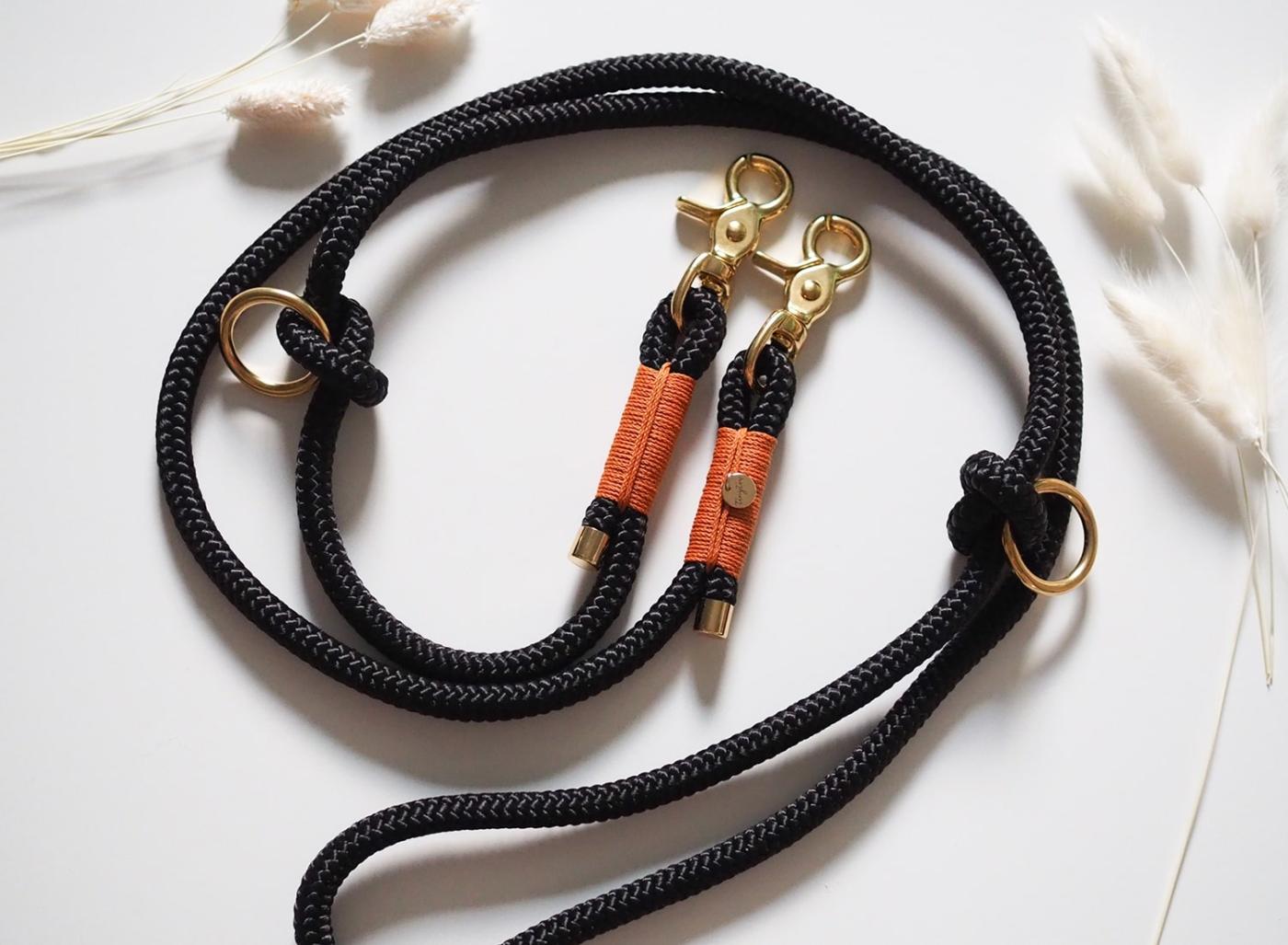 Handgemachte Hundeleine aus Tau in schwarz, camel mit goldfarbenen Details.