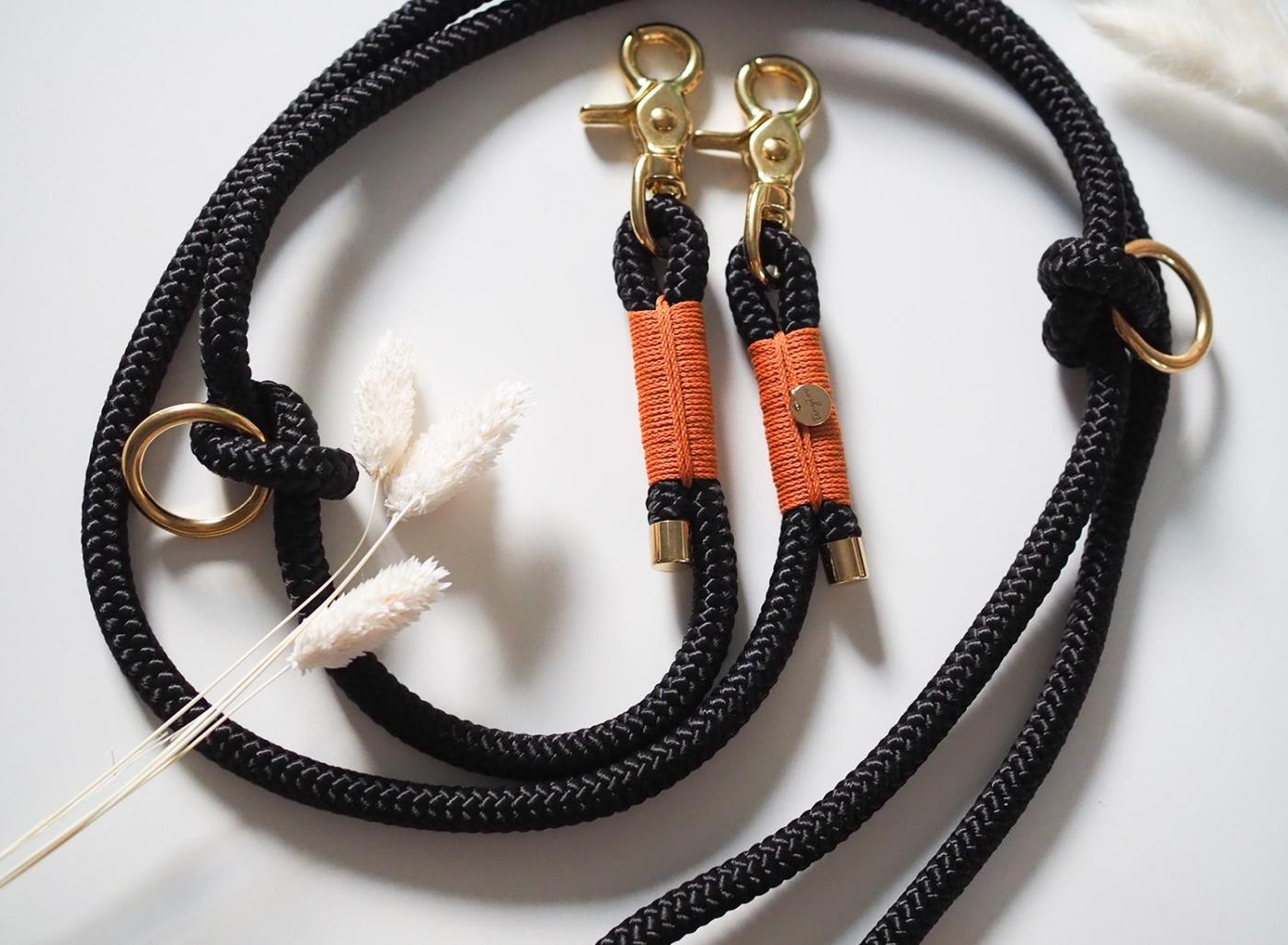 Hundeleine aus Tauseil in schwarz mit camelfarbenen Details und goldenen, robusten Messing-Beschlägen.