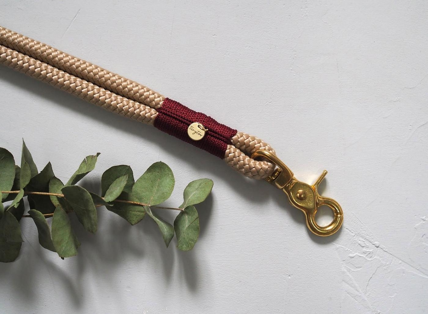 Halsband Tow aus Tauwerk mit robusten Messing-Beschlägen mit beigem Tauwerk und weinroter Takelung. Maßgeschneidert für deinen Hund.