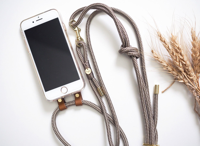 Crossbody Handyhülle zum Umhängen mit Handytau in Tan für iPhone Modelle.