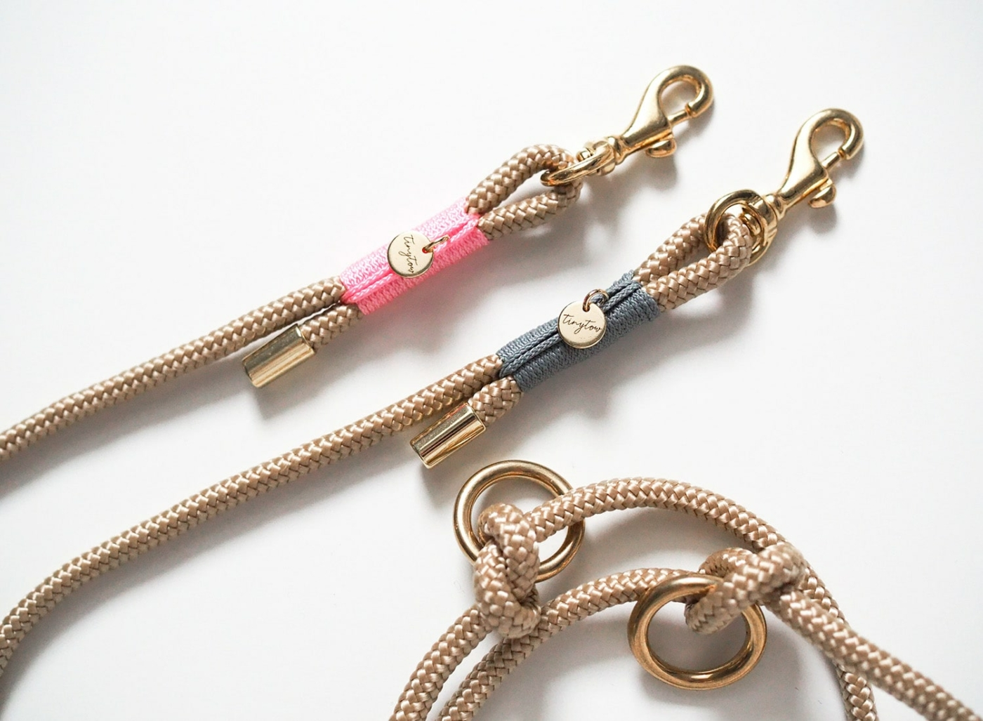 Hundeleine mit 6mm Tau in beige mit rosa und grauer Umwickelung (Takelung). Das dünne Tau und die leichten Karabiner eignen sich gut für sehr kleine Hunde.