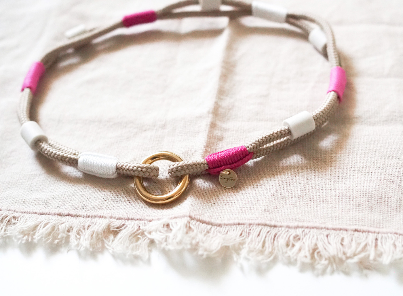 Anti-Zeckenband/EM-Keramik Band aus Tau in beige und pink.