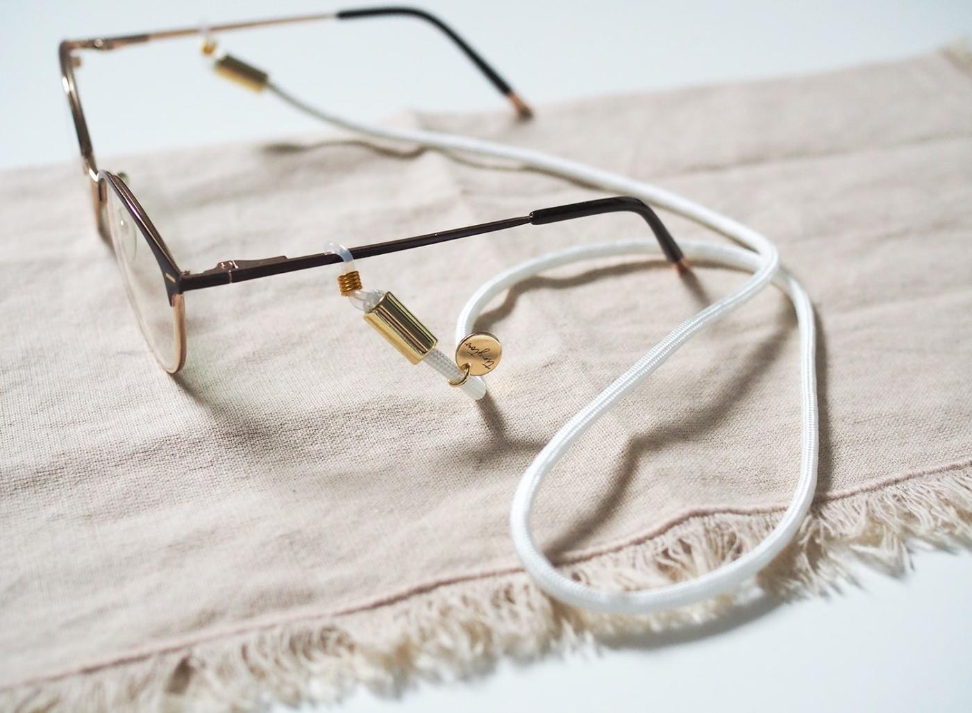 Brillenband in weiß mit goldenen Details an Alltagsbrille.