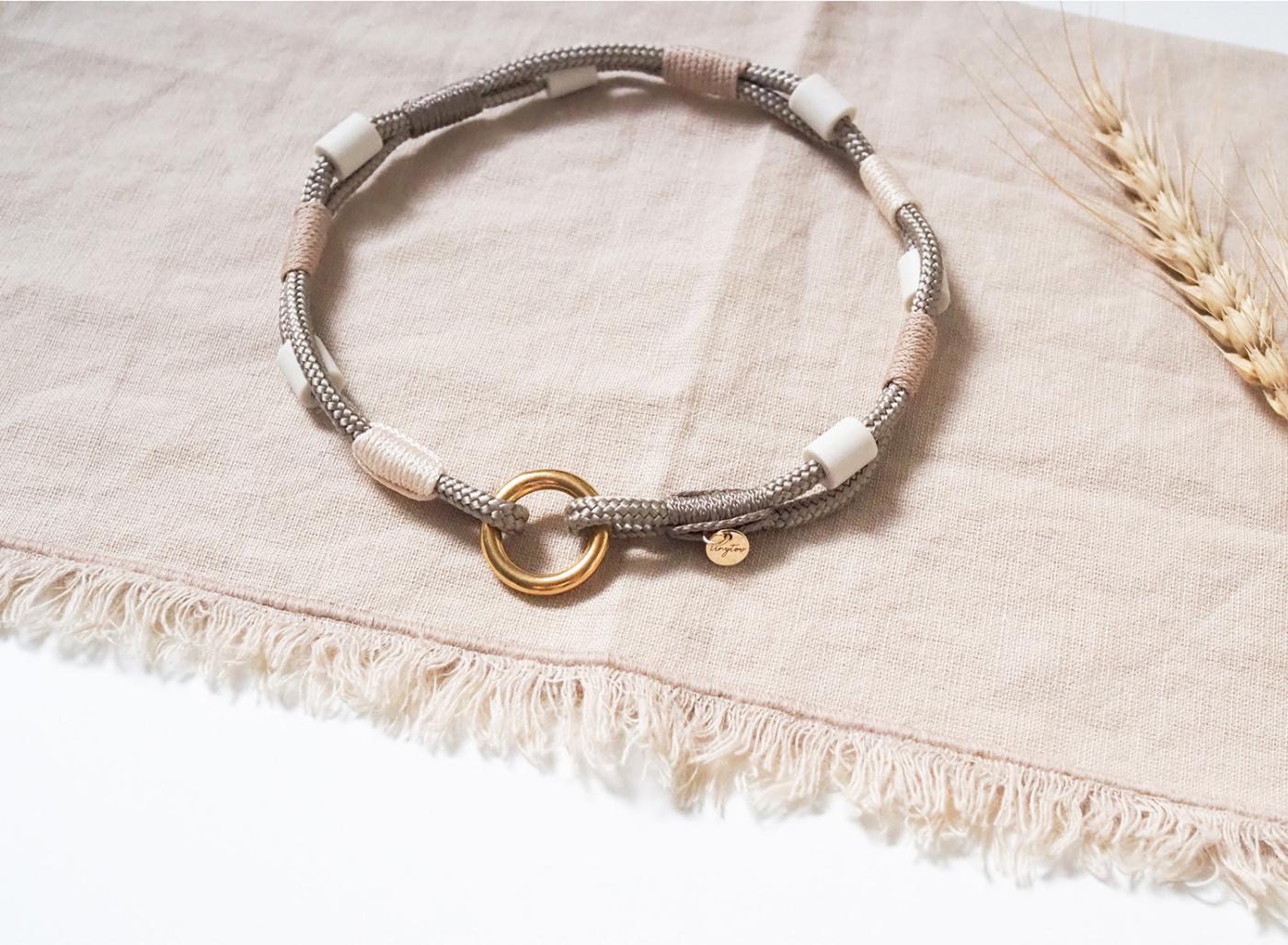 Anti-Zeckenband mit EM-Keramik Pipes aus Tau für deinen Hund in Tan, Beige und Gold.