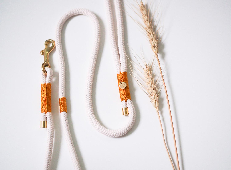 Hundeleine aus Tau in Creme mit Detail in Orange und Gold - feste Führleine mit 8mm Tau.