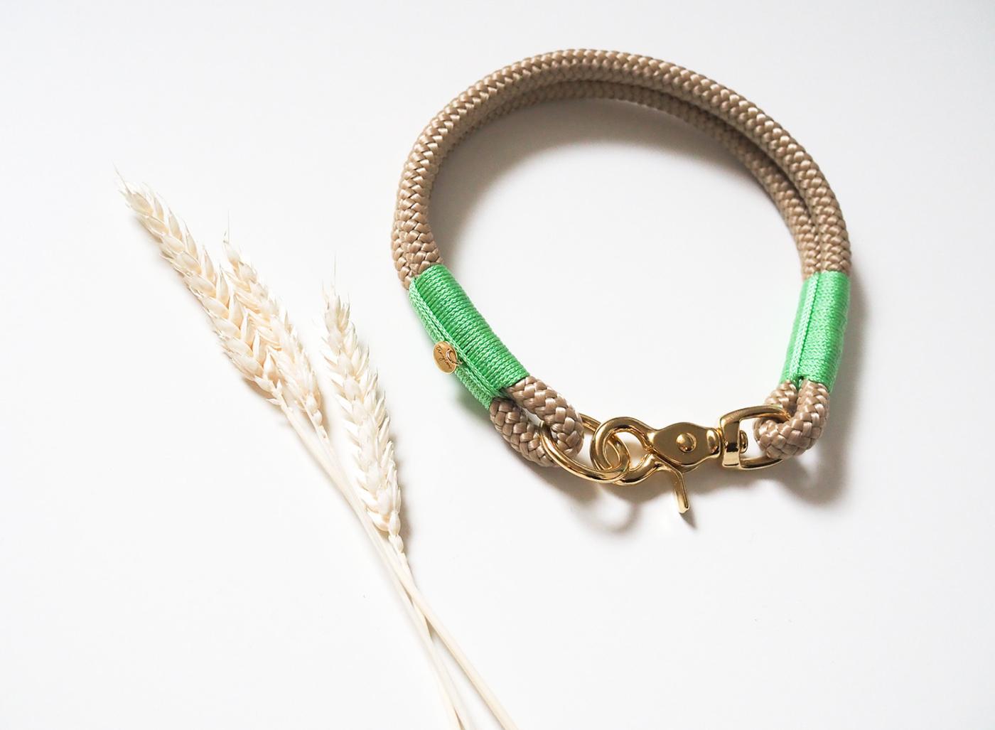 Halsband aus Tau in beige mit mintgrünen Details und goldenem Karabiner aus Messing.