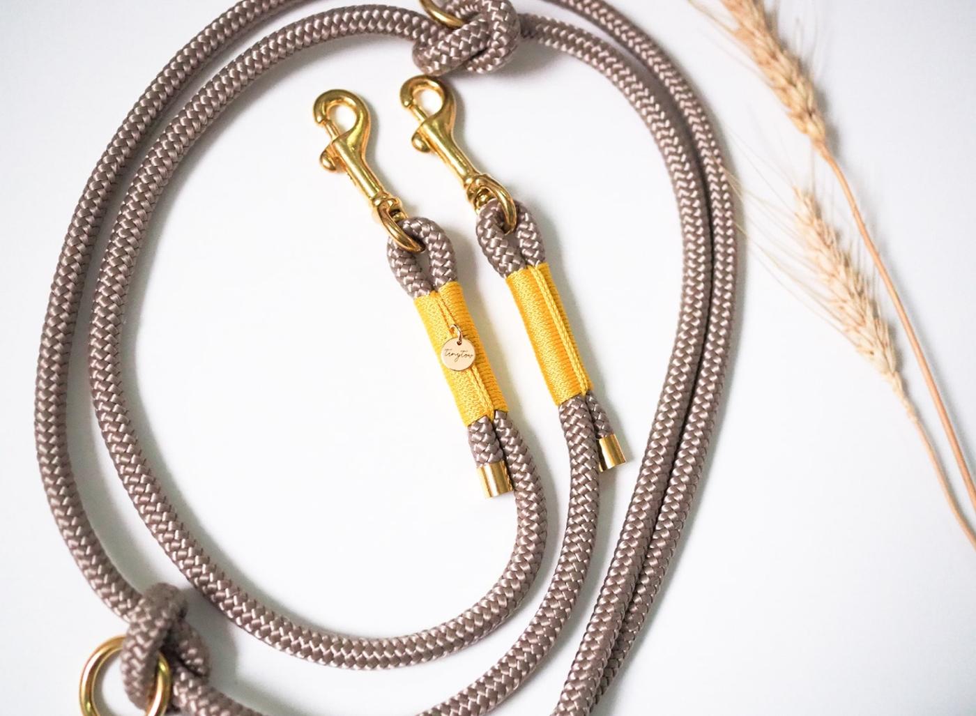 Hundeleine aus Tau in Tan mit gelber Takelung und goldenen Details. Längenverstellbar in 2m oder mit fester Handschlaufe.