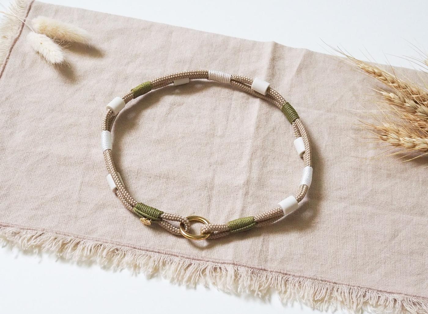 Dünnes EM-Keramik Bändchen - Anti-Zeckenband in beige und grün mit goldenen Details aus dünnem Tau.